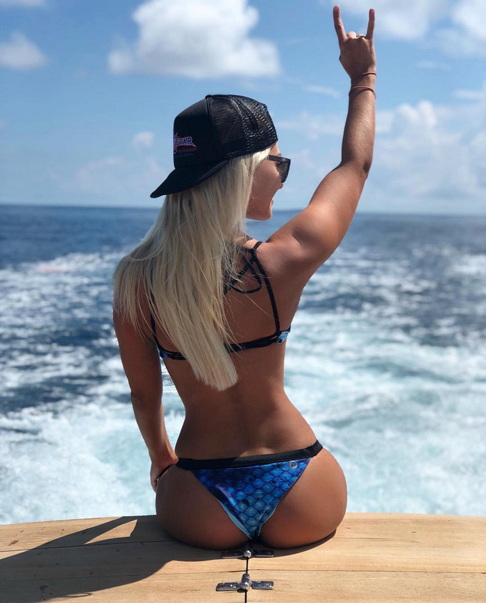 Hot Girls With Sunglasses (35 Photos)